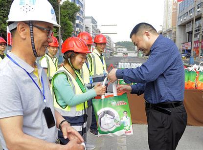 肖林董事长看望慰问剑南路改造项目建设者